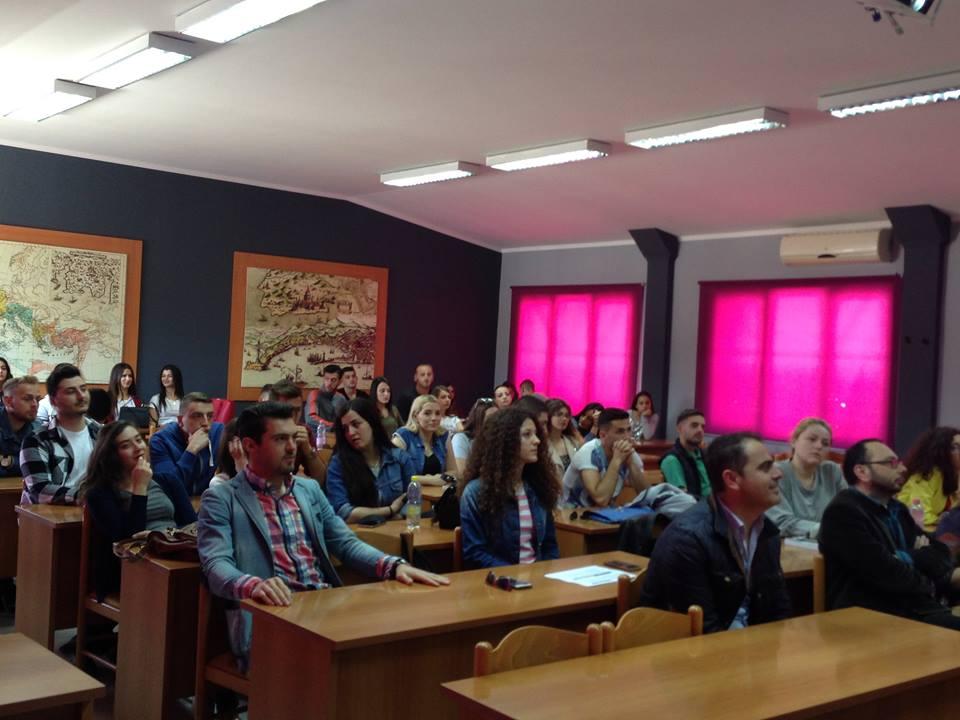 Klubi i Debatit Studentor diskuton për sistemin arsimor shqiptar.