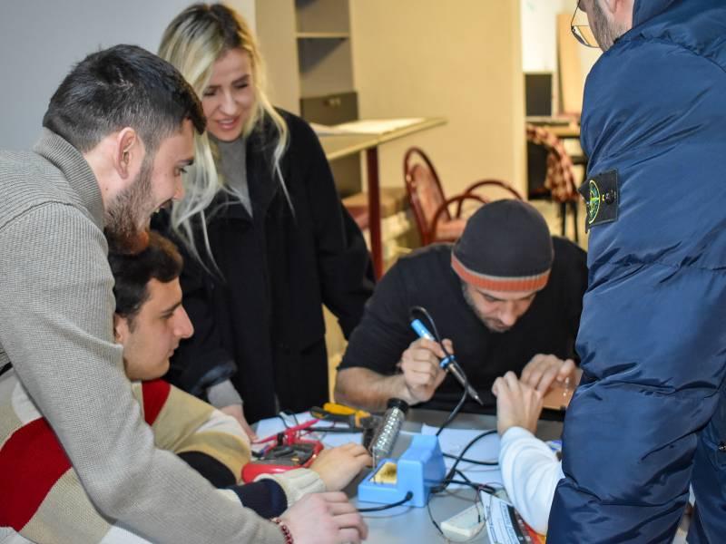 Zhvillimi i praktikës me studentët e Elektronikes / TIK në Laboratorin e Kampusit 1