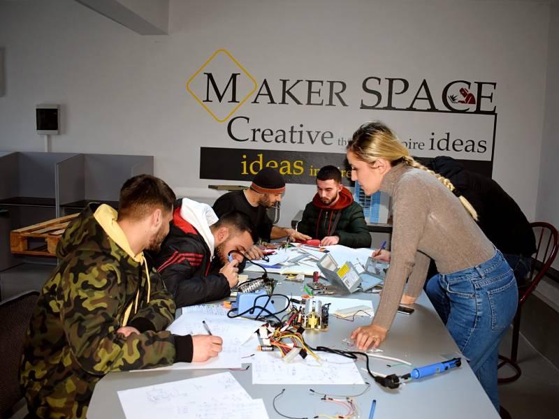 Vijon zhvillimi i praktikës me studentët e Elektronikes / TIK në Laboratorin e Maker Space